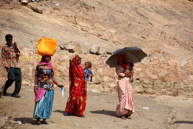 Peregrinos regresando del Surya Mandir