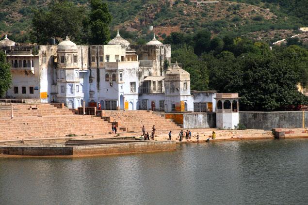 Uno de los mas de 50 Ghats del lago de Pushkar