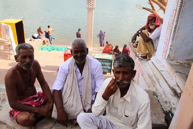 Fieles en uno de los ghats