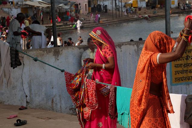Tendiendo la ropa mojada después de bañarse en el sagrado lago de Pushkar