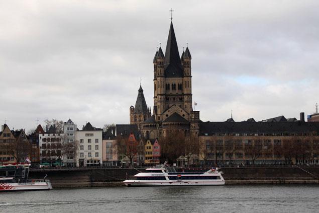Vista de Gross St Martin desde la otra orilla del Rin