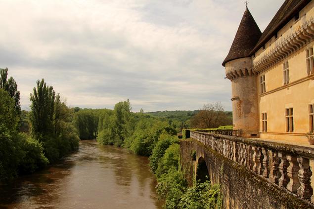 La terraza con vistas al río Vezere del Chateau de Losse