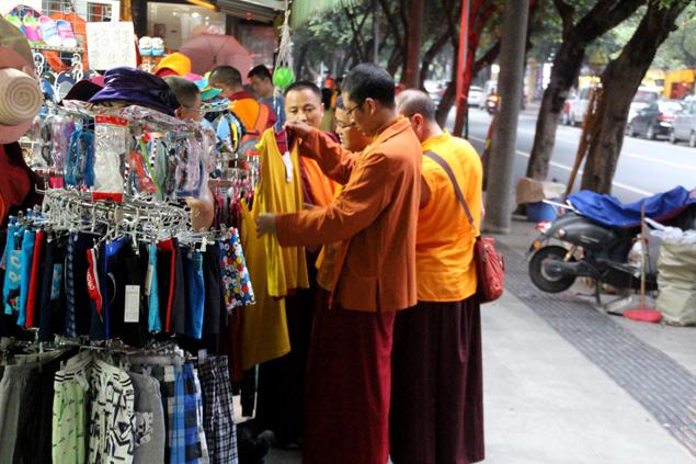Monjes de compras en el barrio tibetano