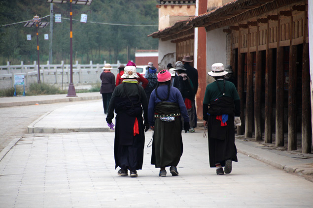La Kora , o camino del peregrinaje , aglomera a centenares de fieles a diario