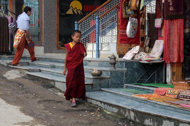 Joven monje paseando por las calles de Mcleod Ganj