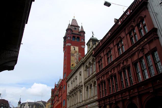 La torre de Rathaus asomando entre las calles