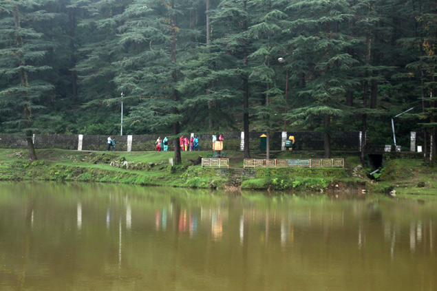Peregrinos rodeando el Dal Lake