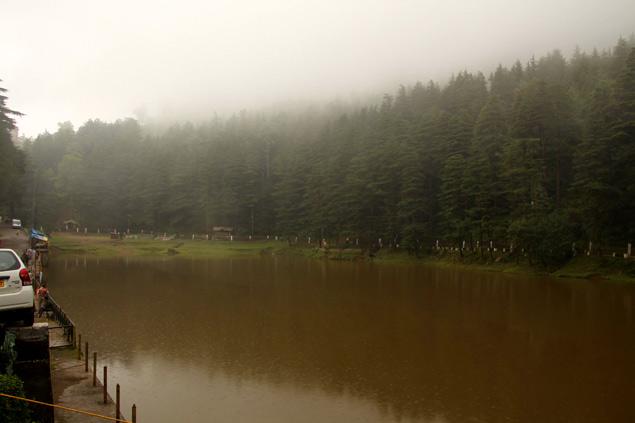 Dal Lake en un día lluvioso