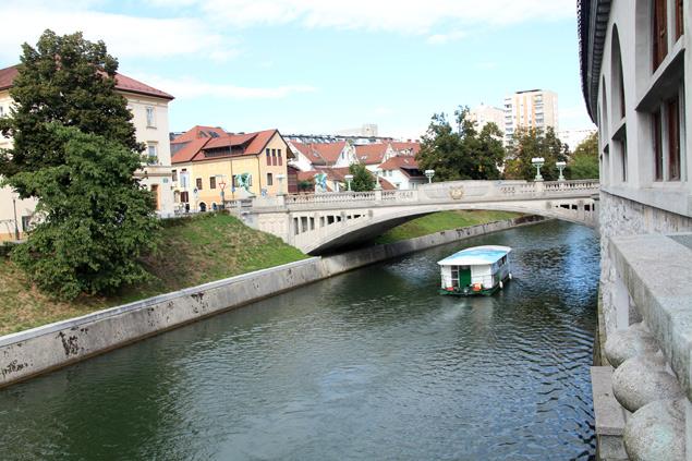 Barcas recorriendo el canal