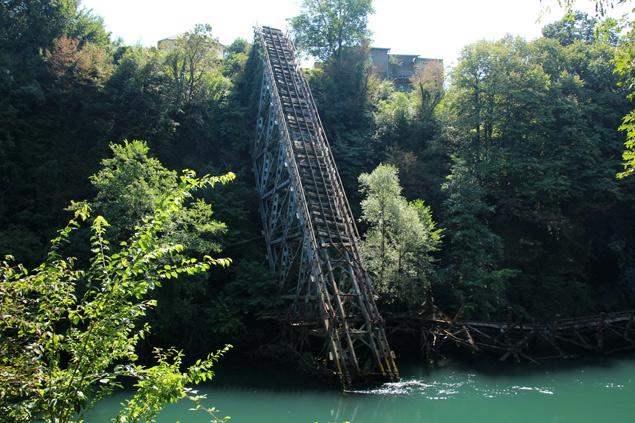Puente derruido en Jablanica de la segunda guerra mundial