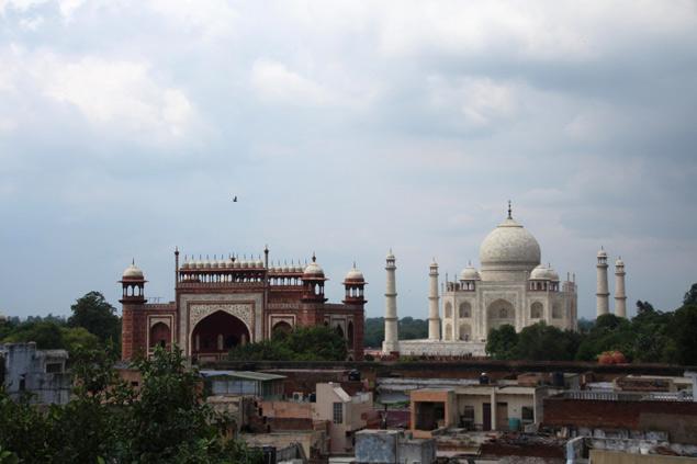 Vistas del Taj Mahal desde una azotea en la zona de Taj Ganj en Agra