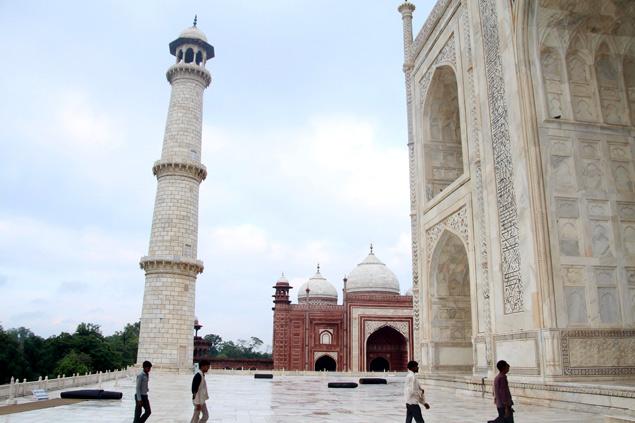 Entrada al Taj Mahal con un minarete a la inquierda