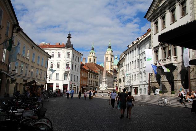 Al final la Catedral , a la derecha el ayuntamiento