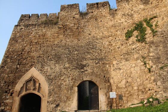 Entrada al fuerte de Jajce , a la izquierda el escudo de los Reyes de Bosnia