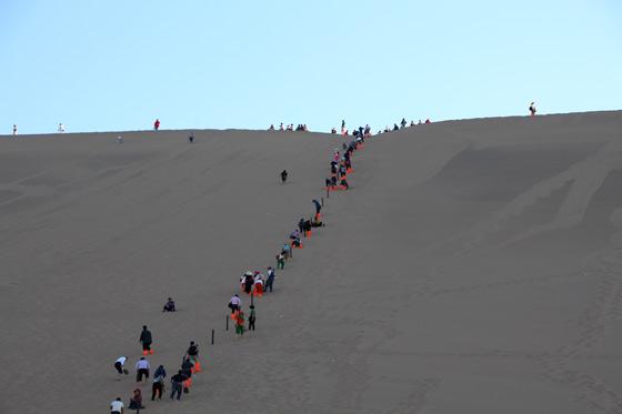 Hordas de turistas accediendo a la cresta principal
