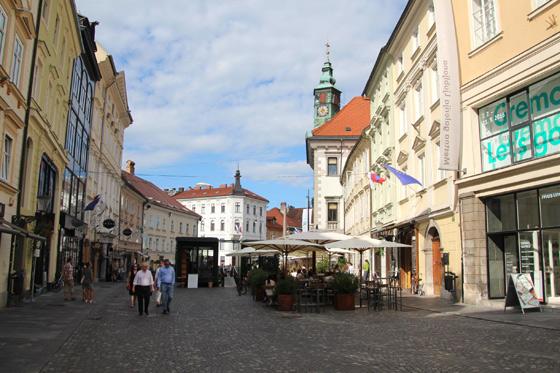 Casco viejo de Ljubljana a la derecha asoma la torre del Ayuntamiento o Magestrat