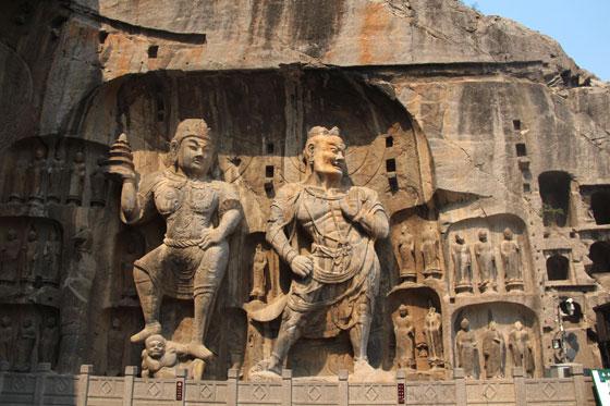 Detalles magistrales de arte budista en las Grutas de Longmen