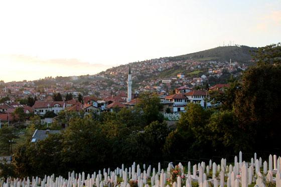 Sarajevo , con centenares de tumbas de la guerra de Bosnia como parte de su historia