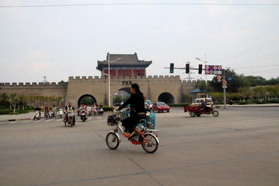 Al fondo, parte de las murallas de Kaifeng