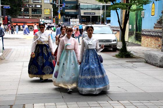 Chicas con el traje tradicional en Insadong