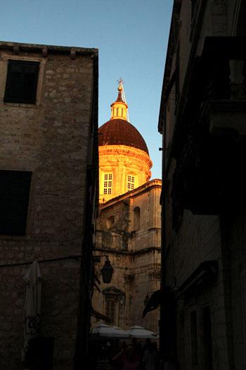 Vistas de la Catedral desde un callejón