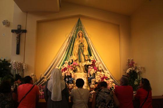 Interior de la iglesia con fieles