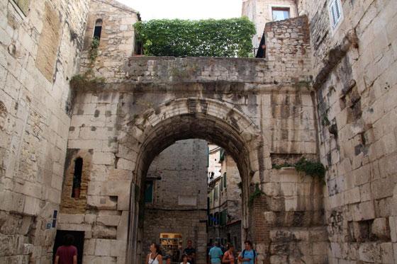 Puerta de entrada al Palacaio Diocleciano