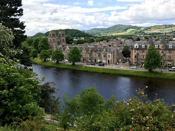 Preciosas vistas del río Ness y de la Catedral de Inverness desde el castillo de la ciudad.