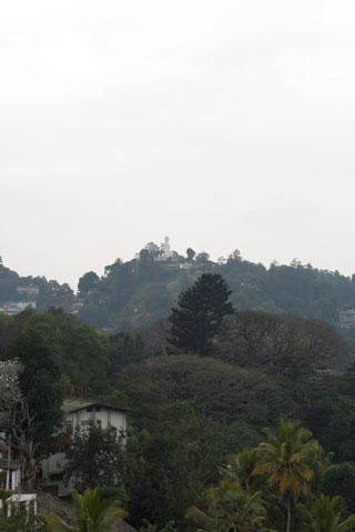 En la cima , el Buda gigante que ver en Kandy
