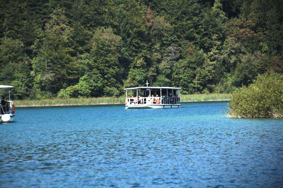 Barco por el lago central de los Lagos Plitvice