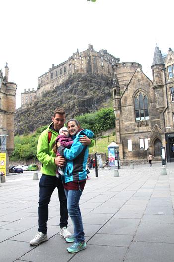 En familia con el Castillo de Edimbugo de fondo