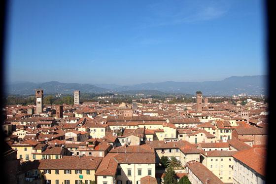 Vistas de Lucca , al fondo a la izquierda la Torre de la hora , al fondo a la derecha el Palacio Guinigi