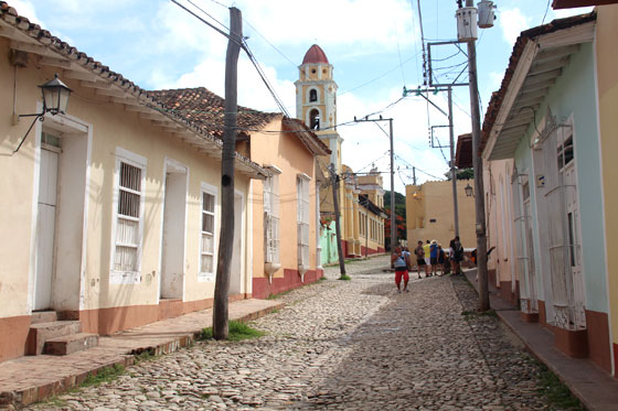 El campanario del Convento de San Francisco , desde un callejón aledaño a la Plaza Mayor (Trinidad, Cuba)