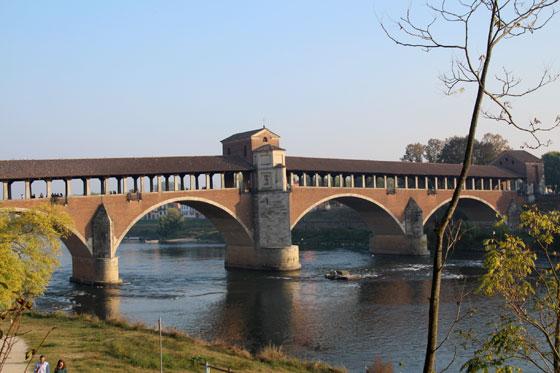 Que ver y hacer en Pavia , el puente cubierto sobre el Ticino.