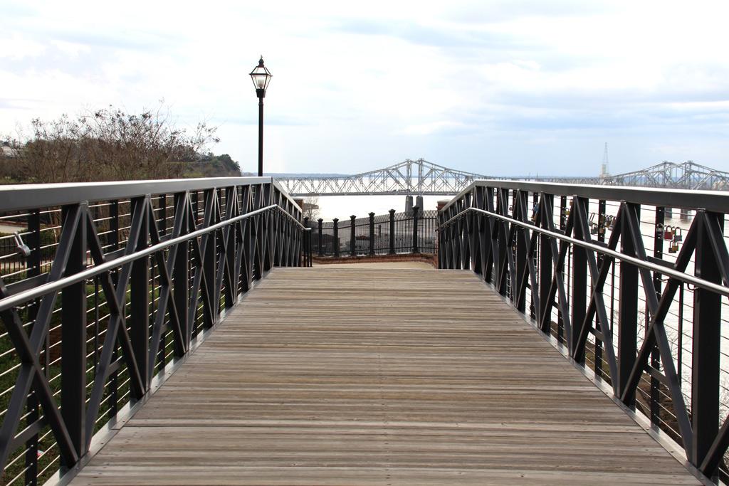 Puente en Natchez , con vistas del río Misisipi