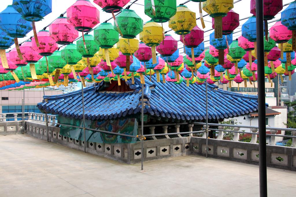 Templo en Suwon, lleno de adornos
