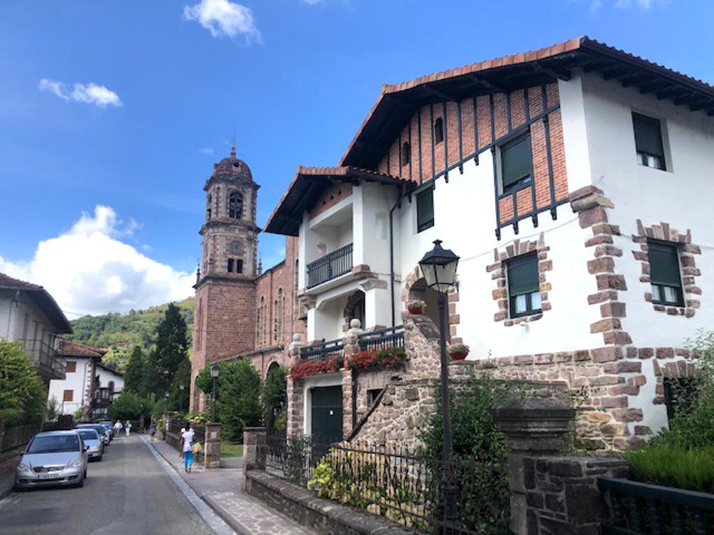 Al fondo la iglesia de Santiago